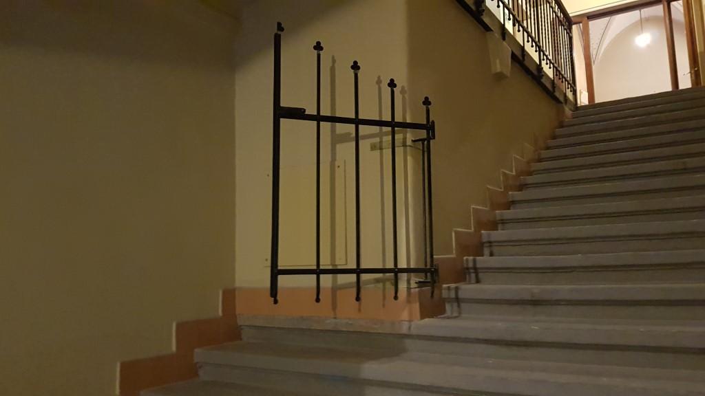 A széles lépcső felére utólag rátoldott folyosó