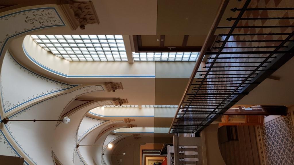 Üvegtéglával választották le a bolthajtást, így alakítottak ki új szobát a folyosókon. Hogy meg lehessen közelíteni, a lépcsőre egy új 'függőfolyosó' került