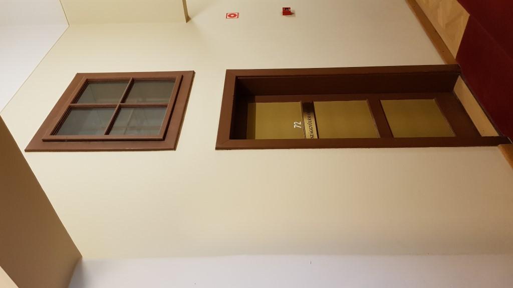 Hogy az 50-es években vágott, ablaktalan folyosó is fényt kapjon, világítóablakok kerültek az új szobabejáratok fölé
