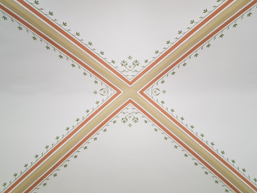 A falak takarásában megmaradt minták segítségével rekonstruált díszítés