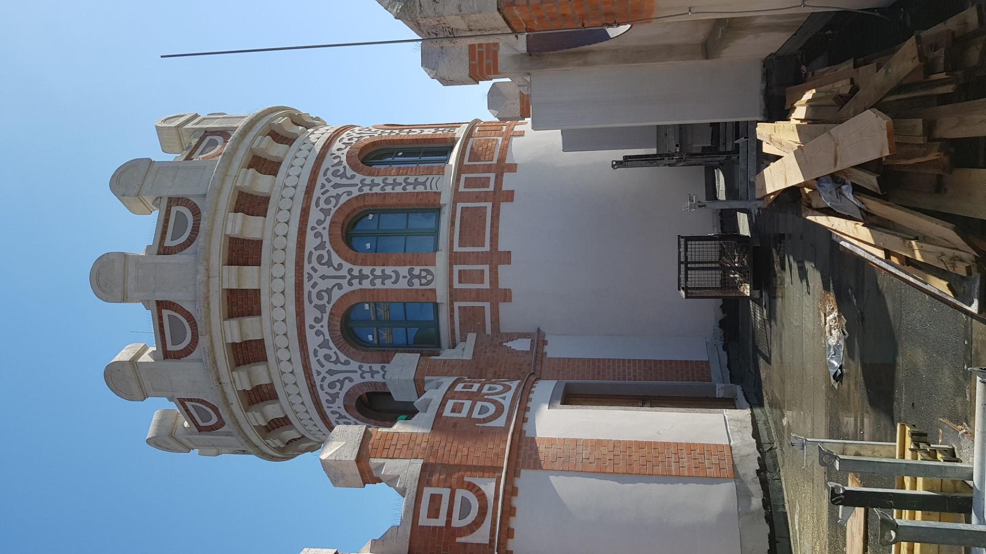 A helyreállított tornyon látszik valamennyi díszítőelem: a téglaminták, közöttük a vakolt felületek, és az egykori sgraffitók rekonstrukciói<br /><br />
