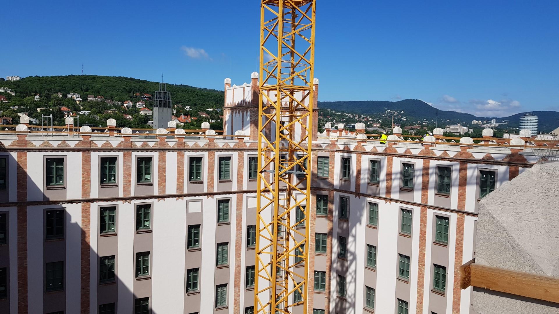 Az udvar felülről. A háttérben Árkya Aladár modern templomának tornya látszik. Érdekesség, hogy Árkay és Sándy egy évben születtek: 1868-ban.