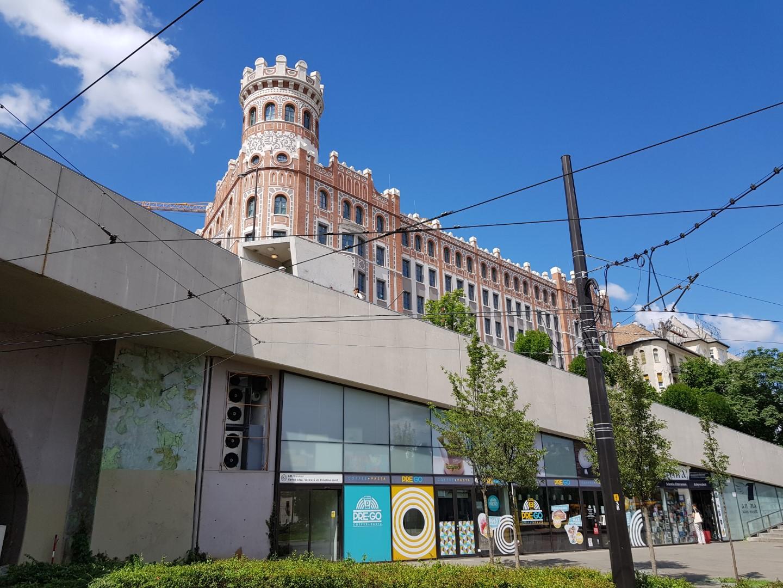 Minden irányban értelmezhető az épület, nincs igazán főhomlokzata. A bástyás torony a Vár irányába néz