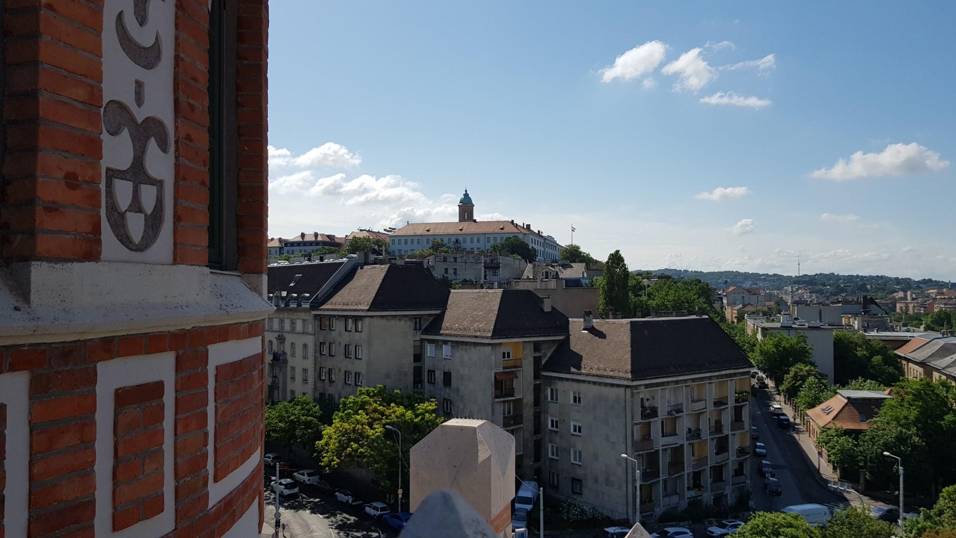 Kilátás a vár irányába. A torony oldalán szépen látszanak az épületdíszek: a reknstruált egykori sgraffitók, a tégla- és vakolatarchitektúra