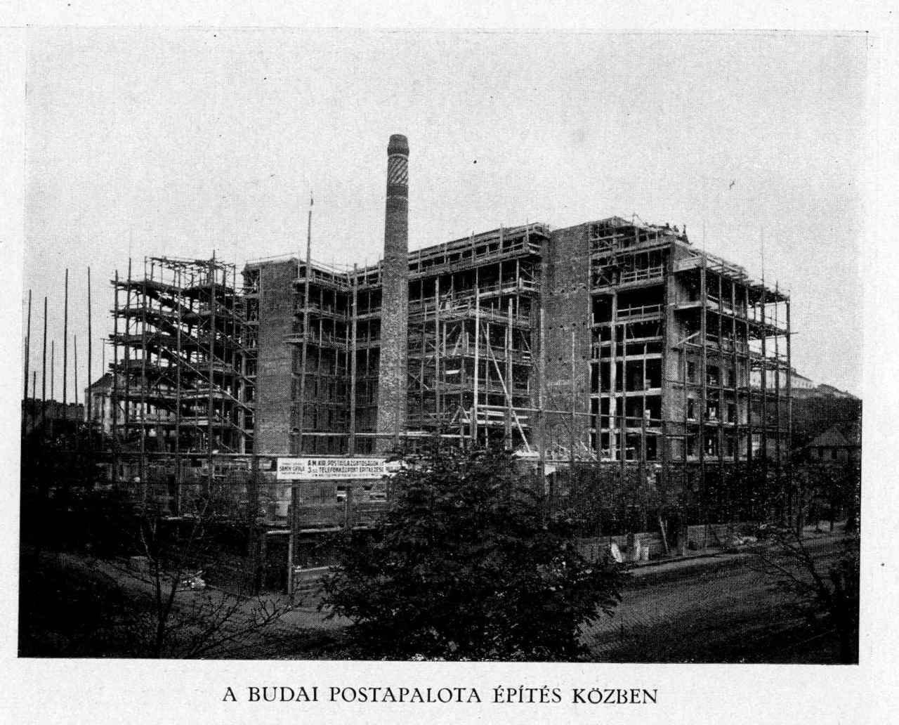 Az épülő központ. Látszik, milyen komoly ipari szerkezete volt, és milyen hatamas kéménye, amit teljesen elrejtett az épület.