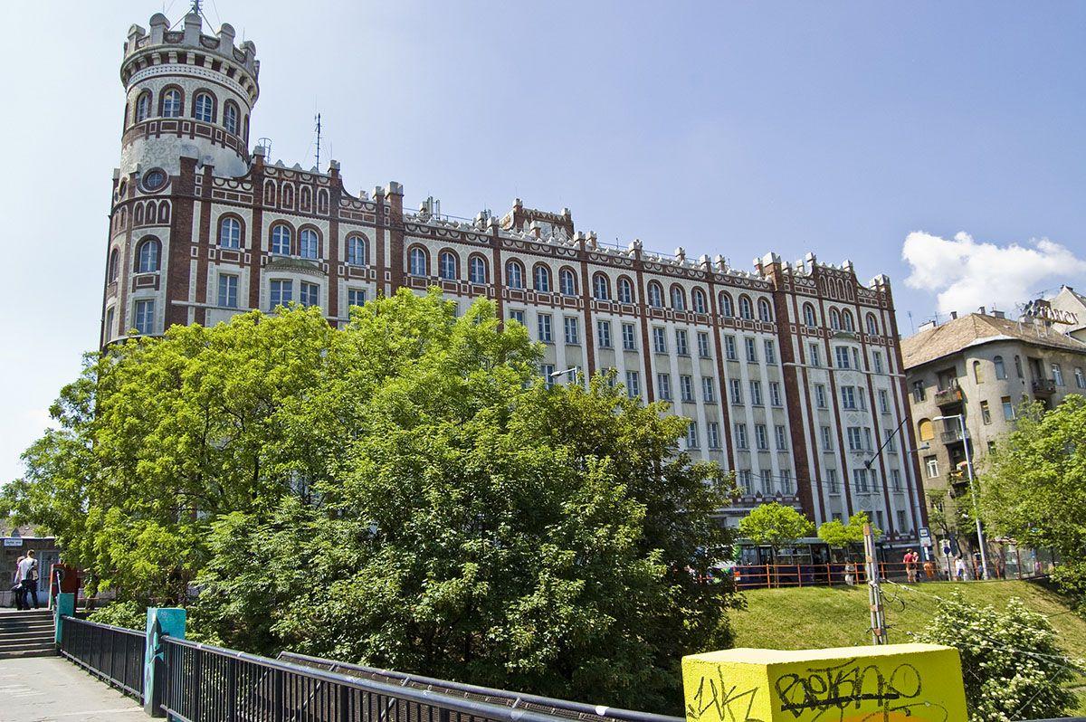 Ahogy évtizedeken át ismertük az épületet. Fel sem tűnt akkor, mennyi épületdísz hiányzik róla. Fotó: <a href=http://www.kitervezte.hu/epuletek/kozepulet/budai-postapalota-budapest>kitervezte.hu</a>